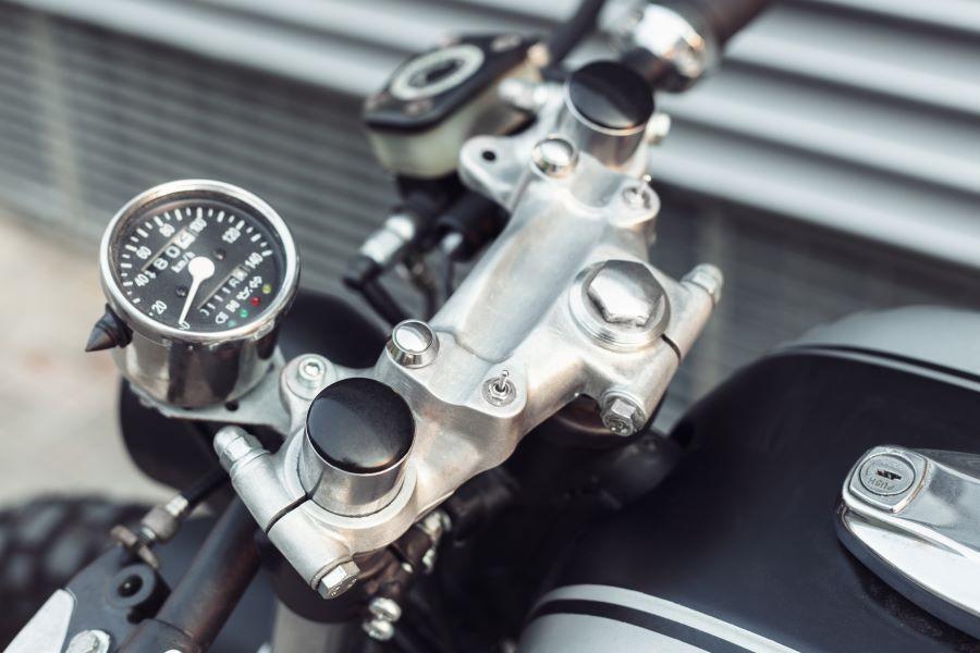 La scelta del contachilometri per la tua moto: analogico o digitale?